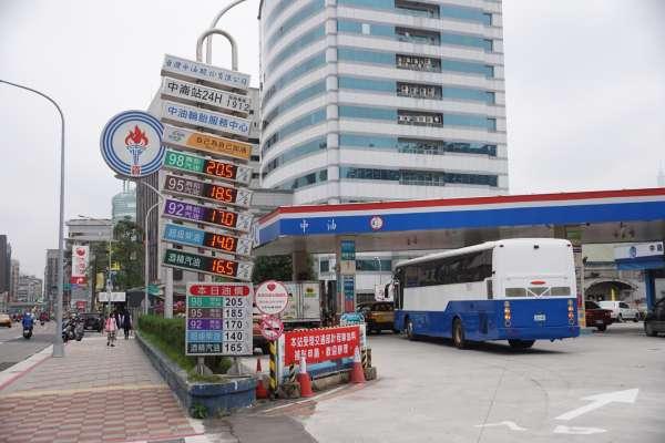 加油要快!95無鉛汽油下週站上「2字頭」 比水便宜的油價回不去了?