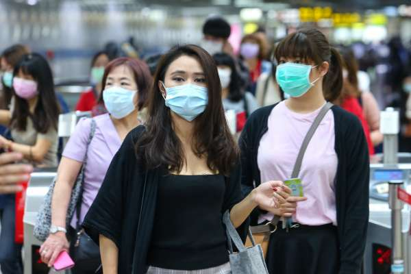 新冠肺炎》沒出國如果發燒、咳嗽該怎麼辦?公車、捷運安全嗎?疾管署教你1招正確防疫