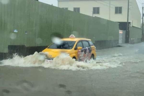 暴雨狂炸,高雄又淹水了!這地區「巷道變河道」積水半個輪胎,交通大崩潰