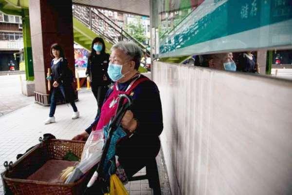疫情悲歌2》一天只賺50元!疫情下的玉蘭花阿嬤最無助日常:路人對眼就逃跑、「好像我身上有病毒」