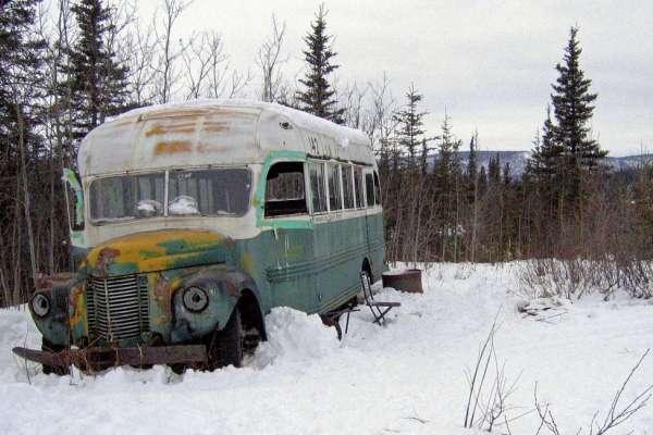 《阿拉斯加之死》朝聖熱點頻傳意外 直升機從荒野吊走傳奇的「142號巴士」