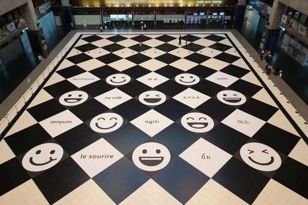 台北車站大廳變臉!台鐵把「笑臉」裝進黑白方格,將增設座椅