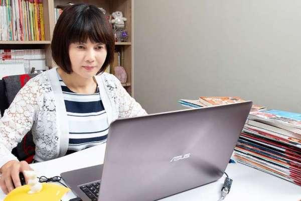 早在5年前,43歲的江季芸便開始默默擬定「離開校園10年計劃」,靠著大量閱讀財經書籍,從大學企管系老師,搖身一變成為股票達人「江菲特」。(圖/張家禎攝影)