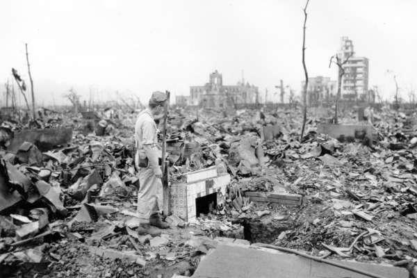 廣島原爆解密》情侶俯瞰炸毀街道 74年前照片主角找到了!