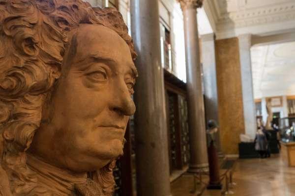 「我們刻意將他拉下神壇!」創始人是蓄奴收藏家 大英博物館移除斯隆爵士雕像