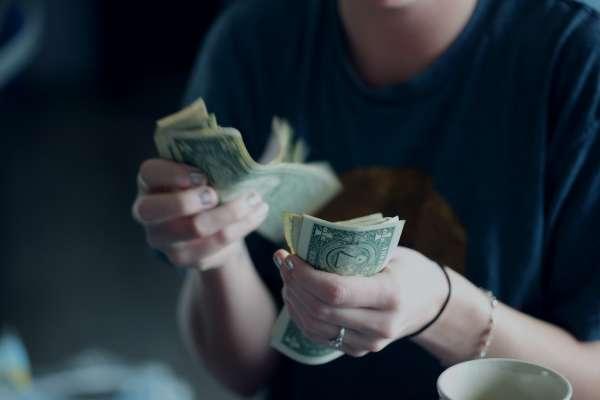 買一張美元儲蓄險,竟能3個願望一次滿足!利率完勝台幣保單,網推現在買起來最賺