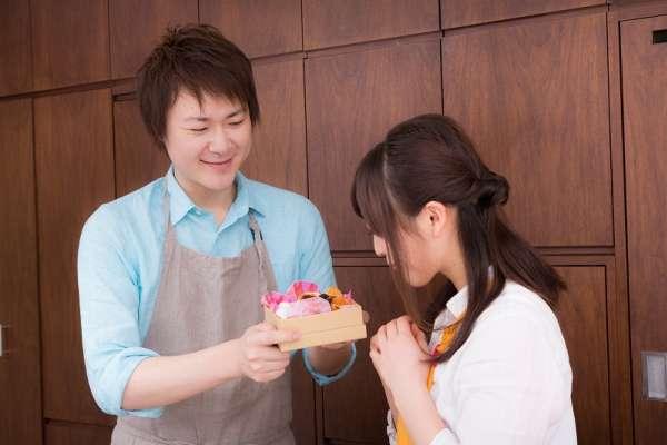 當日本人送你「熨斗」,你該回送什麼才不會得罪人?日本禮儀專家揭密最神秘的送禮文化