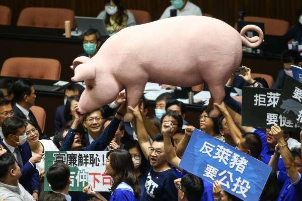 國民黨扛「巨型毒豬」高喊反萊豬 2決議案交黨團協商蘇貞昌上台報告