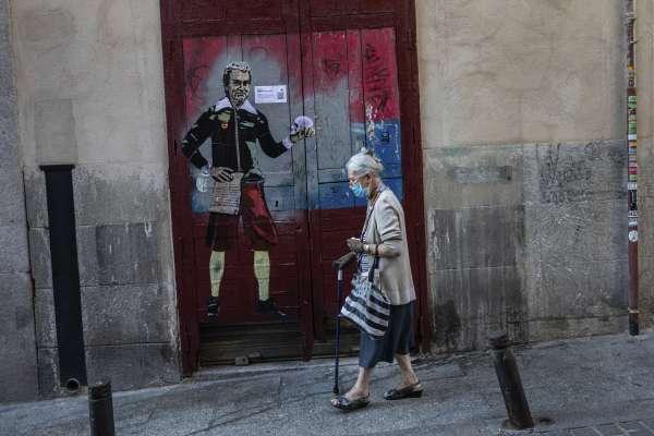 西班牙再爆疫情!當局封鎖馬德里勞工住宅區,憤怒民眾抗議歧視窮人
