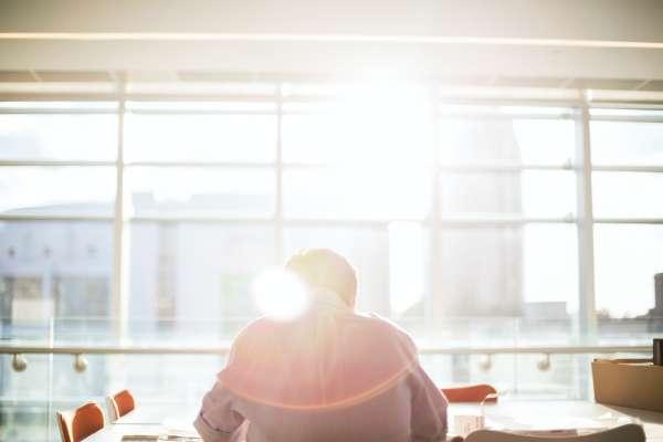 「來談談那些痛苦的事吧!」成功商務人士給30歲以下年輕工作者最深入的職場建議