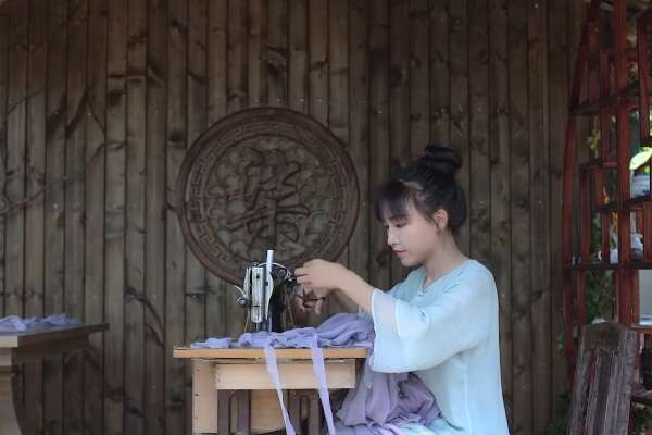 千萬訂閱YouTuber爆爭議!中國「農村網紅」李子柒賣麵 消費者投訴吃到刀片