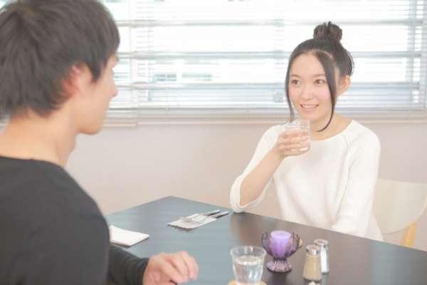 吃飯同桌坐對面、坐旁邊,哪種染疫風險比較高?日本超級電腦模擬結果讓人跌破眼鏡