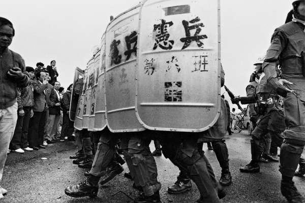 一個攝影記者眼中的「黨外」日常:為取材曾遭8支步槍包圍,他仍無悔爭取自由時代