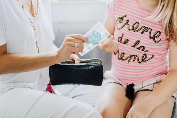 孩子的零用錢怎麼給?專家揭父母最常犯的3個錯誤,幫忙做家事千萬不能再給錢