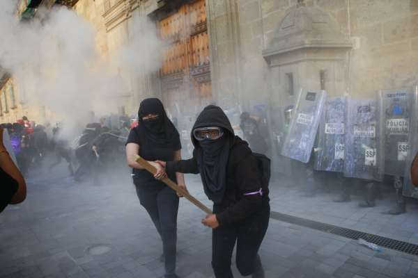 這個國家逼得女性拾起武器!墨西哥女權團體攻佔聯邦大樓,改為受暴女性庇護所