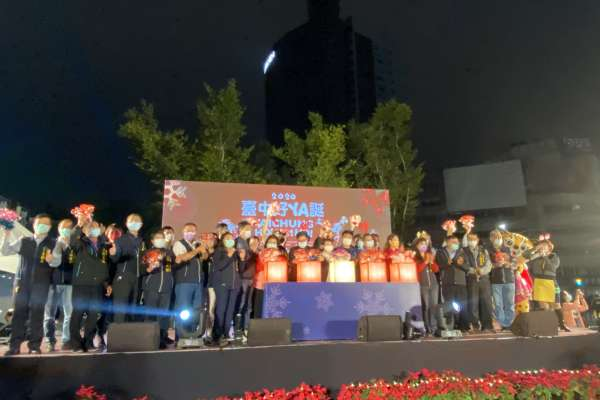 台中耶誕點燈 舊火車站前廣場11米高「禮讚之樹」點亮幸福快樂