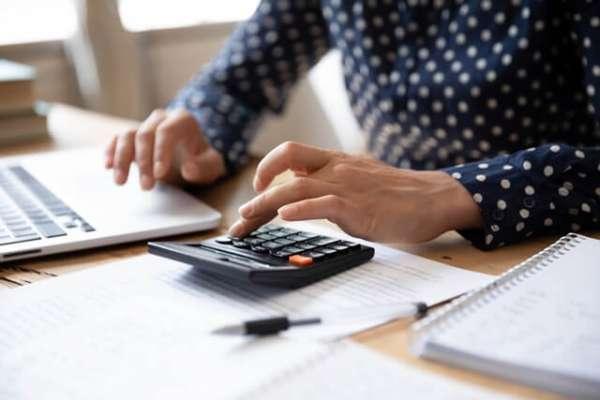 2021年勞健保、勞退費用該如何計算?他用一張圖表解析給你看