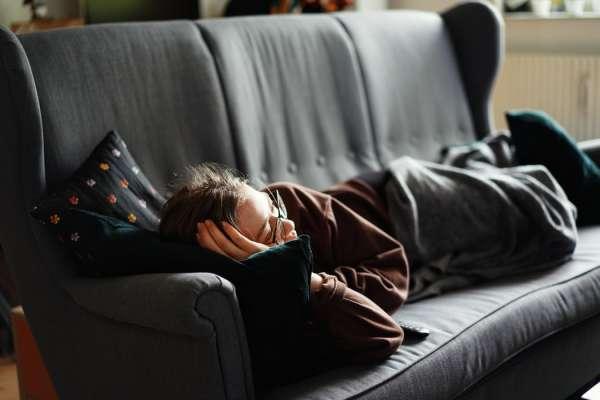 放假就愛賴在沙發上?小心5大健康問題找上門!專家教你最正確的坐姿,人人都該學