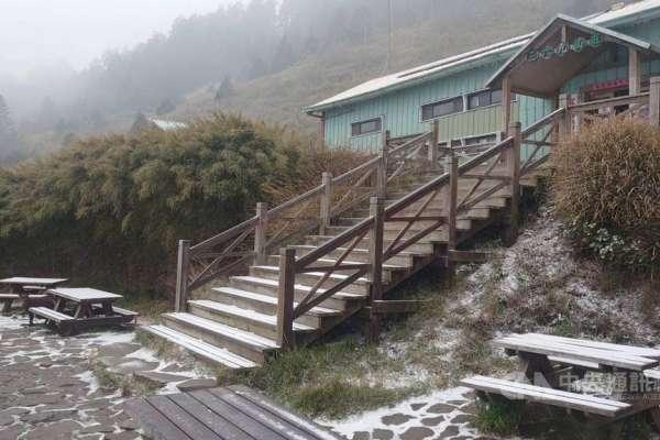 下雪啦!雪霸369山莊覆上白雪、銀白世界宛如置身國外,山友賞雪這些準備要做足