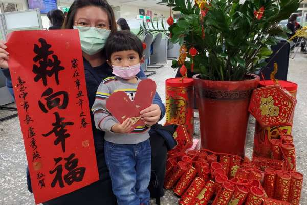 中市「犇向幸福」春聯發送每家戶 東區戶所加碼贈愛心紅包袋
