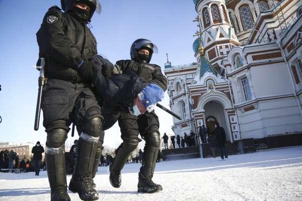 「普京就是賊,我們正在變回蘇聯!」俄羅斯八十五個城市串連反政府示威,全國超過五千人被捕