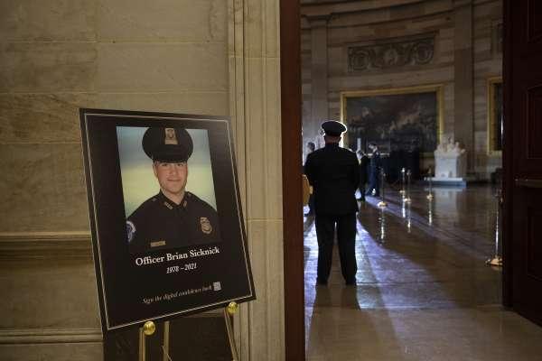 「永遠懷念他⋯⋯」美國國會暴動殉職警官移靈,拜登賀錦麗到場致哀 議員:他是我們的英雄