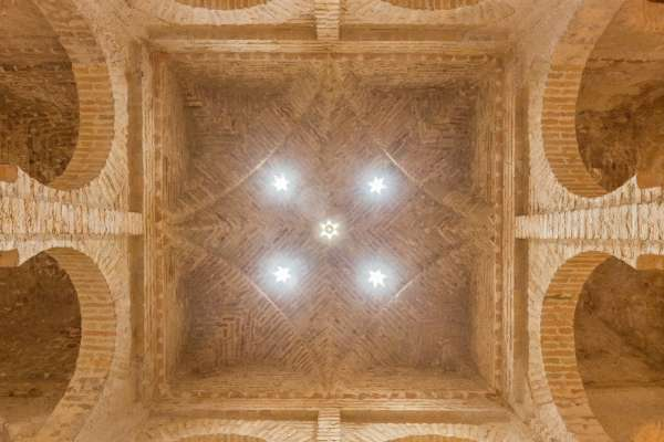 西班牙南部平凡餐酒館竟藏有近千年古蹟 12世紀伊斯蘭公共澡堂重現人間