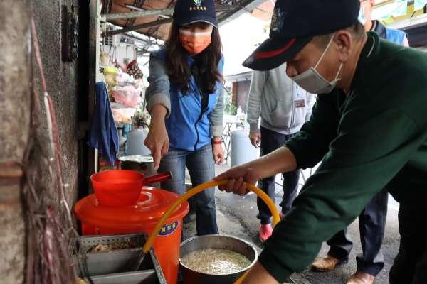 瓦磘溝整治 沿線市場攤商裝設油脂截留器