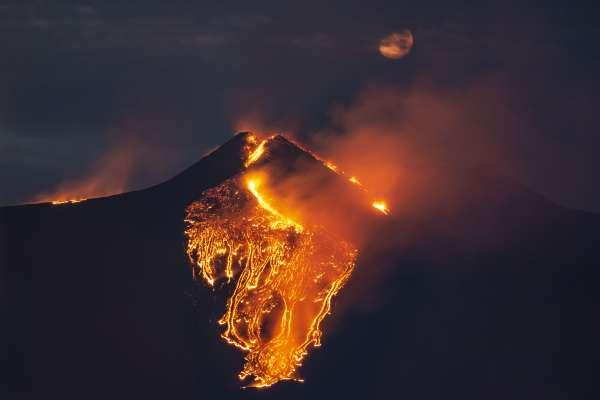 圖輯》自然奇觀!義大利埃特納火山噴發 岩漿直衝天際場面超震撼