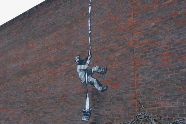 班克西最新作品?英國監獄高牆出現神秘塗鴉,致敬因「雞姦」入獄的文豪王爾德