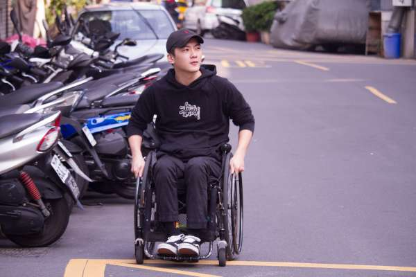 年僅20車禍半身不遂,卻立志坐輪椅遊遍台灣!他拍下無數影片傳達人生最重要的事:想做什麼就快去