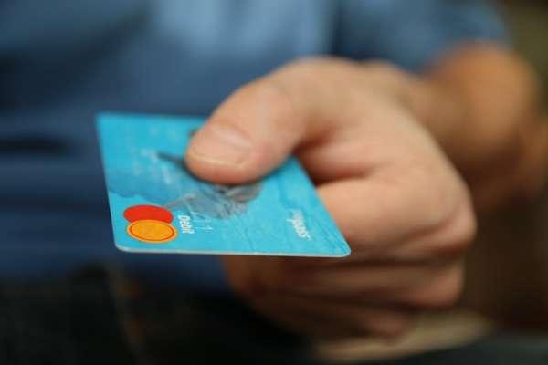 薪水一半以上都拿去繳卡費?專家道破月光族的消費通病,收入再高照樣花光光