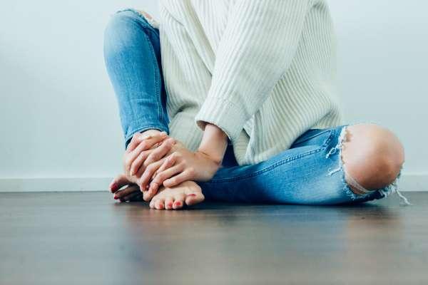 早上起床腳一落地,痛到寸步難行?骨科醫師教你6招擺脫足底筋膜炎,讓腳底板好好休息