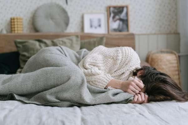 一整天工作累炸卻完全不想睡?心理師:兩大關鍵因素害你習慣睡眠拖延