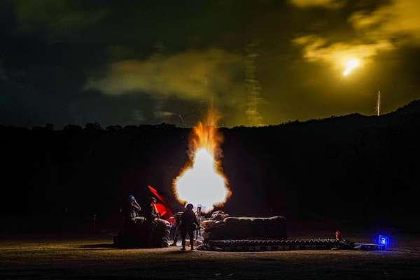 猛烈轟擊照亮夜空!海軍陸戰隊「實彈射擊畫面」震撼曝光