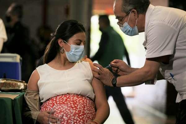 接種新冠疫苗後餵母乳會害寶寶亡?台大醫:恐與嬰兒猝死症候群有關