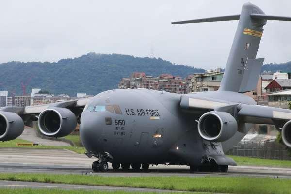「底褲都沒有,還有啥紅線?」「祖國軍機飛不過去,美國可以?」美軍運輸機抵台,中國網民對北京發難