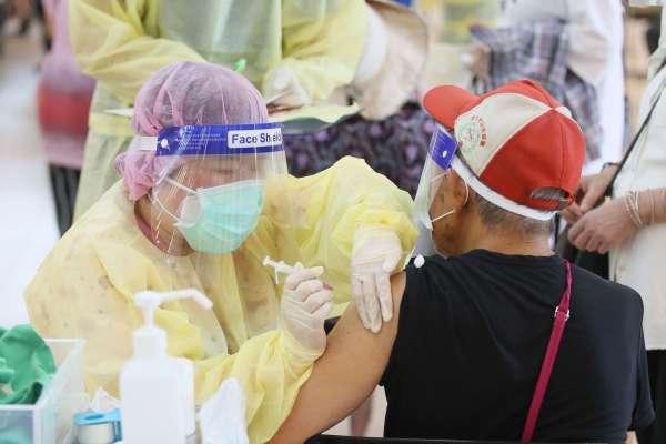留在台灣等疫苗,還是出國先打最快? 網友看法兩極掀論戰,一張圖列出民眾6大考量關鍵