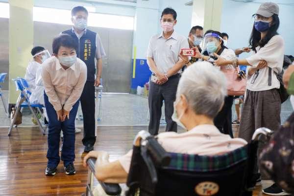 六都唯一免費復康巴士接送長者打疫苗 盧秀燕視察民眾搭乘情形