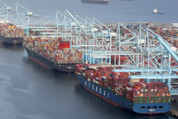 新冠疫情擾亂全球航運:為什麼這麼多船舶在美國港口排隊?