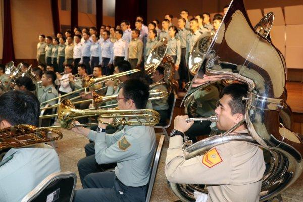 年度楷模領唱國歌、鼓隊創新美式風 國軍樂隊威武雄風賀元旦