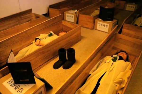 在「地獄朝鮮」人生比地獄還像地獄!如果覺得活著很辛苦,不妨來棺材學院死一次