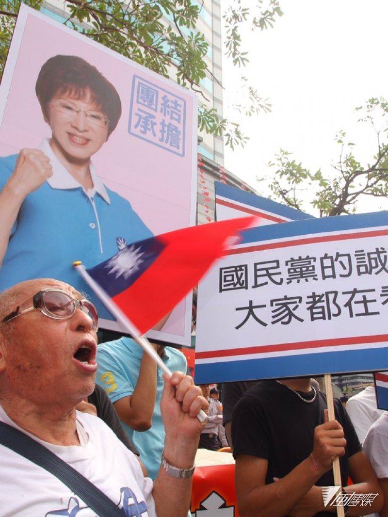2015年10月7日,國民黨中常會場外,洪秀柱支持者隔空嗆聲。(曾原信攝)