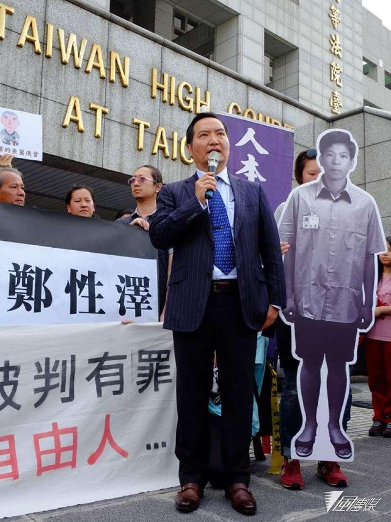 鄭性澤可望在今天下午獲釋。圖為4月12日台中高分院開庭時,律師羅秉成到場聲援鄭性澤。(取自冤獄平反協會臉書)