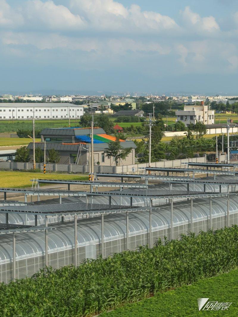 高鐵行經中部平原彰化沿線的太陽能設施。(顏麟宇攝)
