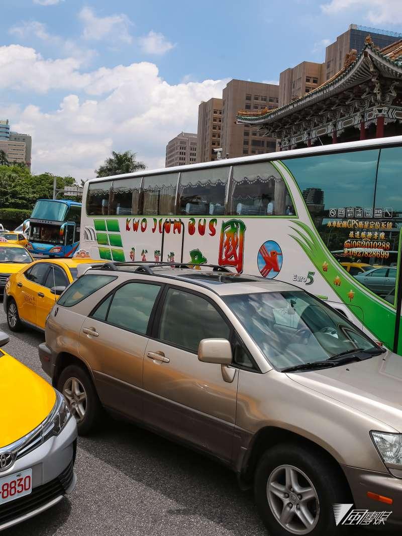 20170613-遊覽車業者13日於交通部前抗議,隨後轉至景福門中山南路造成車輛嚴重壅塞。(顏麟宇攝)
