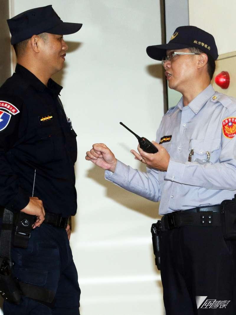 (直照)20190313_一般的航警(右)與航警霹靂小組人員(左)交談。(資料照,蘇仲泓攝)
