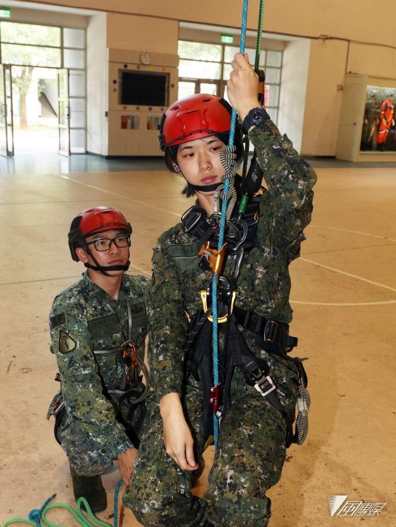 20190603_在特22連擔任副連長的湯銘安中尉(前),認為散木團隊不同繩索技巧,能幫助官兵演訓和搜救時更安全也更有效率。(蘇仲泓攝)