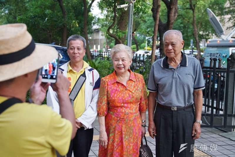 台北市長柯文哲的父親柯承發(右一)與母親何瑞英(右二)現身中選會引發關注。(盧逸峰攝)