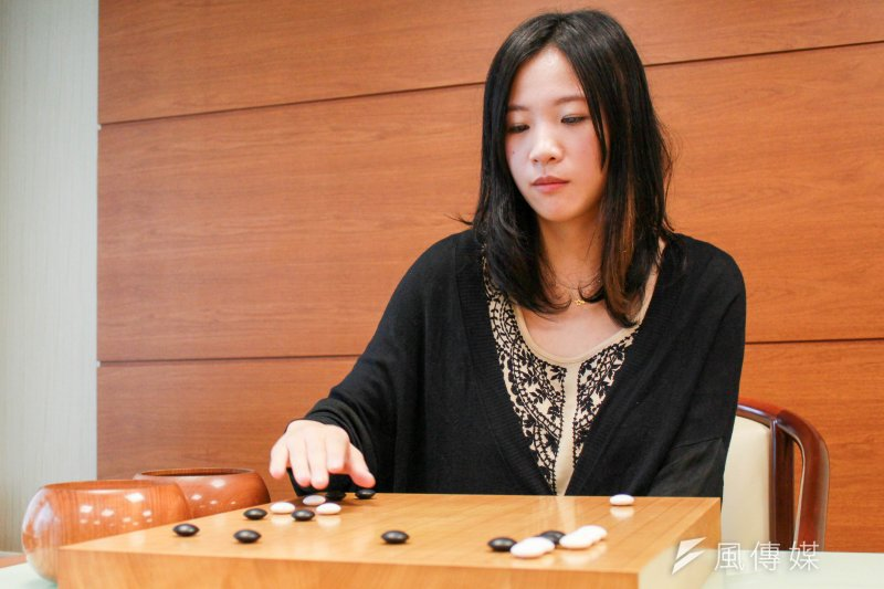 台灣女孩謝依旻說,下棋最迷人的地方,就是「無窮的變化」。(周怡孜攝)
